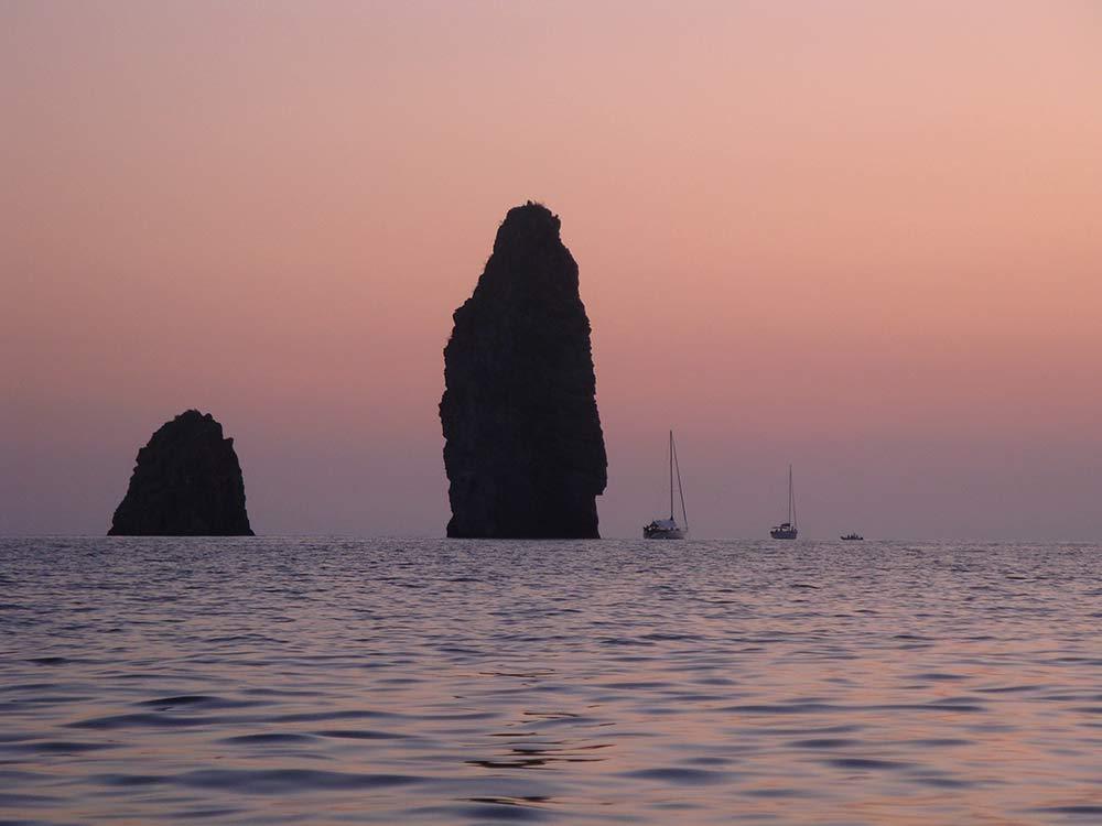 Escursioni Milazzo e Isole eolie terrestri e marine-Faraglioni Lipari-Blunauta Diving Center